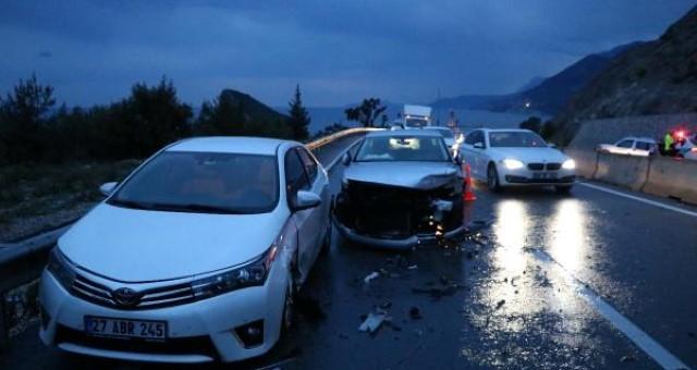 Antalya'da Yağmurda Kayan Araçlar Bariyere Çarptı