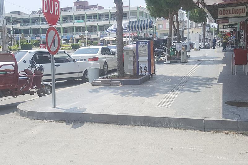 Atatürk Caddesinde engelli rampaları unutuldu