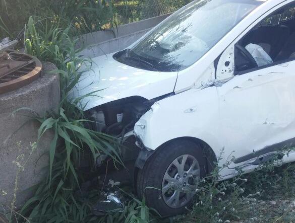 Park halindeki araca çarptı: 2 yaralı