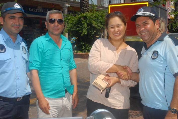 Kazakistanlı turist cüzdanını bulan Zabıta 'ya teşekkür etti