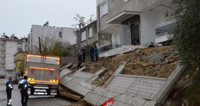Serik'te Yağmurdan İstinat Duvarı Yıkıldı, Su Baskınları Yaşandı