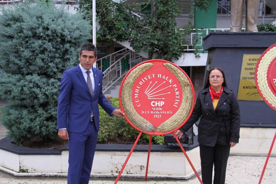 Serik CHP'den Alternatif Çelenk Sunma Töreni