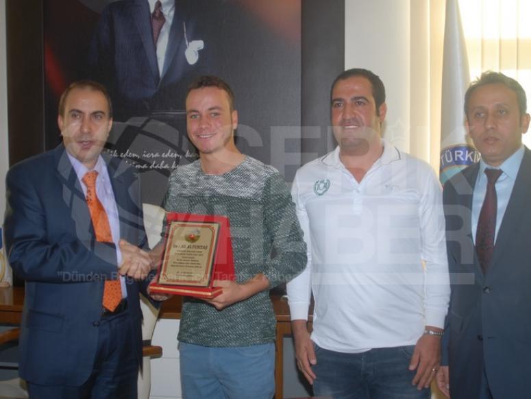 Genç Golfçü Ali Altuntaş'a Bir Ödülde Kaymakandan Altan Verdi