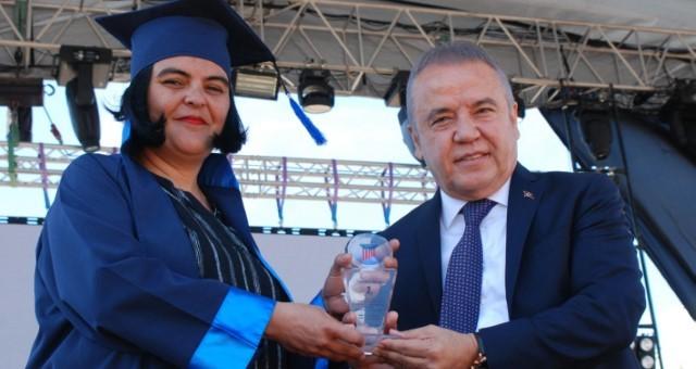 AKEV Üniversitesi İlk Mezunlarını Verdi