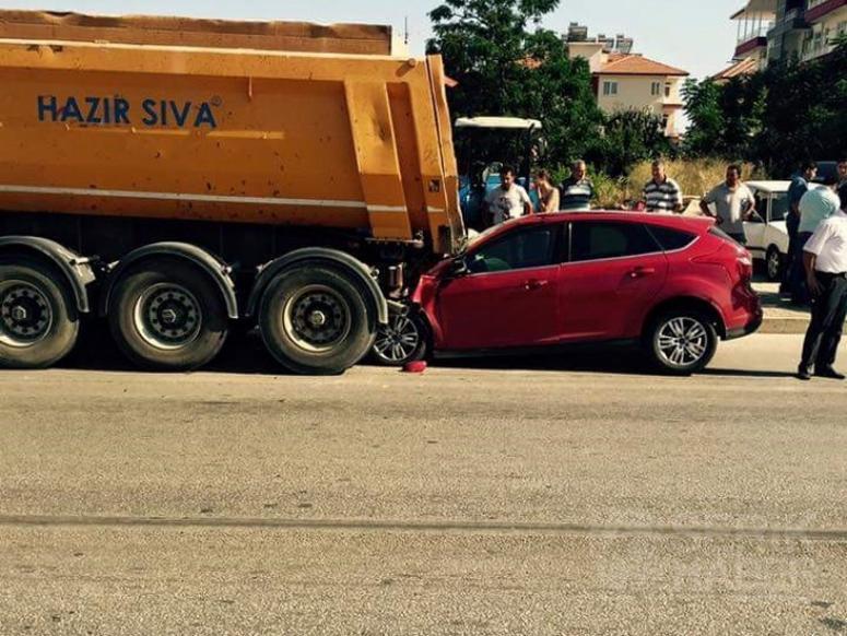 Otomobil Duran tıra arkadan çarptı