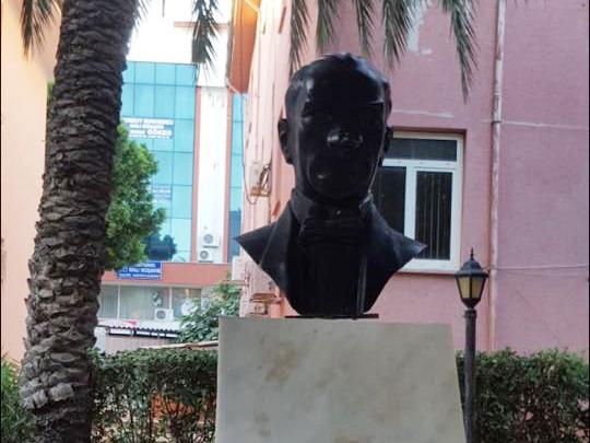 Serik'te Atatürk büstüne taşlı saldırı!