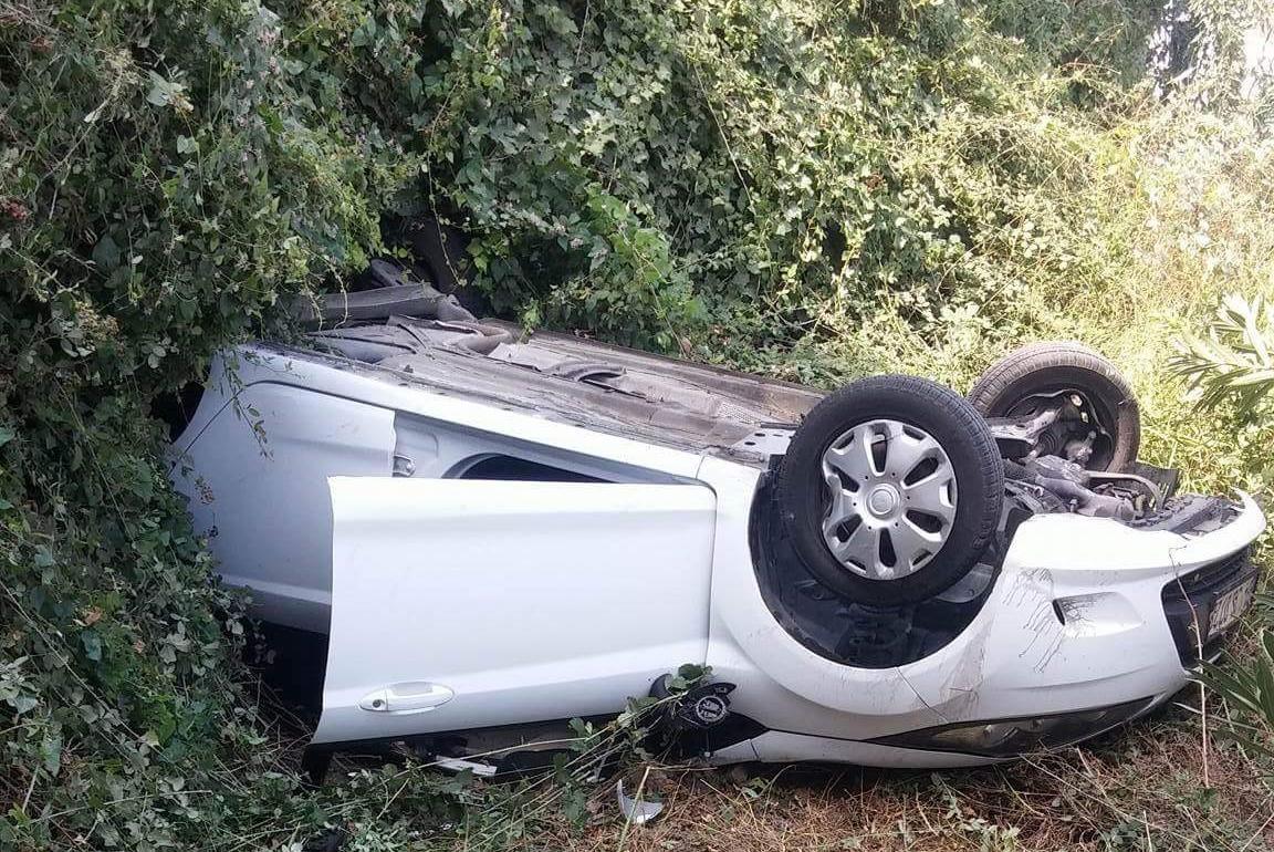 Virajda hızını alamayan araç takla attı